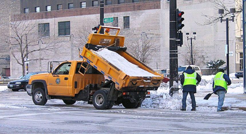 1024px-Salt_truck_Milwaukee