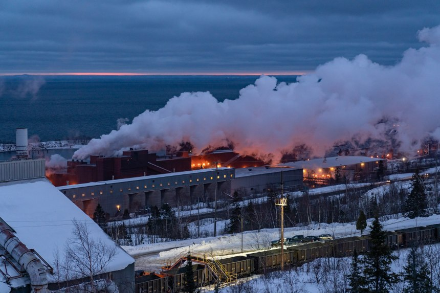 Iron_Ore_Mining_Plant_on_Lake_Superior_-_Cliffs_Northshore,_Silver_Bay,_Minnesota_(40160129753)